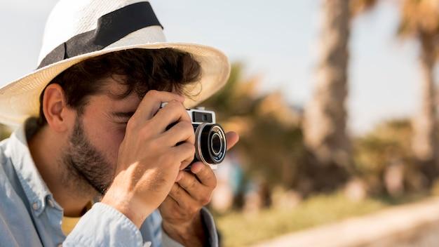 Portret van een man die foto's maakt Gratis Foto