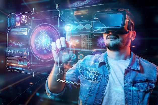 Portret van een man met een bril van virtual reality, vr, werkt samen met een virtueel scherm. Premium Foto