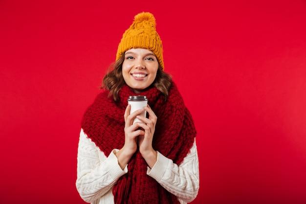 Portret van een meisje gekleed in winter muts en sjaal Gratis Foto