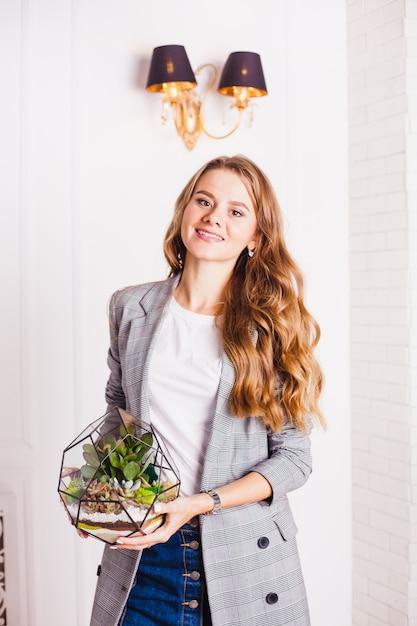 Portret van een meisje in het interieur, floraria in het interieur, interieuroplossingen, bedrijven en thuis Premium Foto