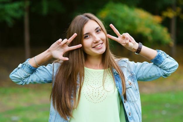 Portret van een meisje in het park Premium Foto