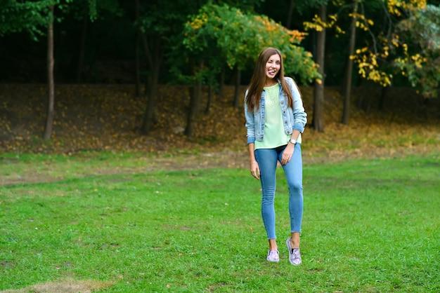 Portret van een meisje in volle groei in het park Premium Foto