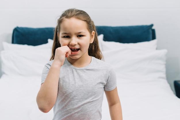 Portret van een meisje met kiespijn aanraken van haar tand Gratis Foto