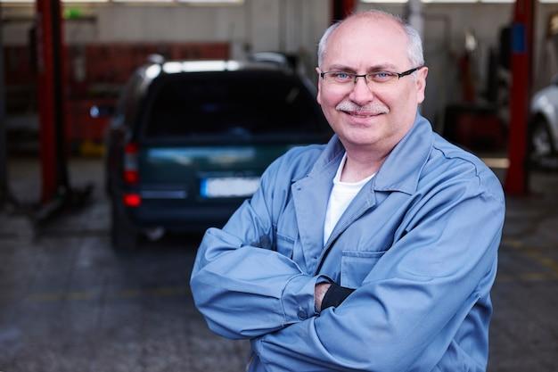 Portret van een monteur in een werkplaats Gratis Foto