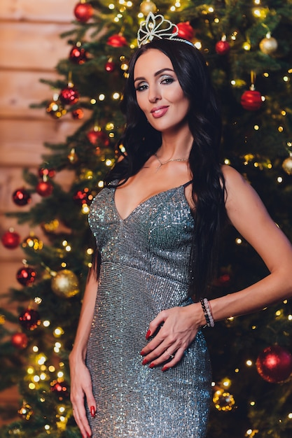 Portret van een mooi donkerbruin binnenland van het meisjes nieuw jaar Premium Foto