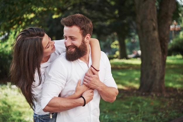 Portret van een mooi jong paar dat samen glimlacht. Gratis Foto
