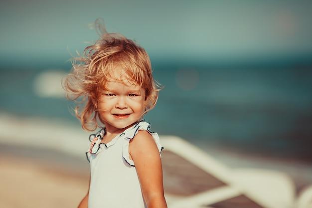 Portret van een mooi meisje dat camera bekijkt. detailopname Premium Foto