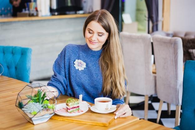 Portret van een mooi meisje, europese uitstraling in een café, mooi interieur Premium Foto