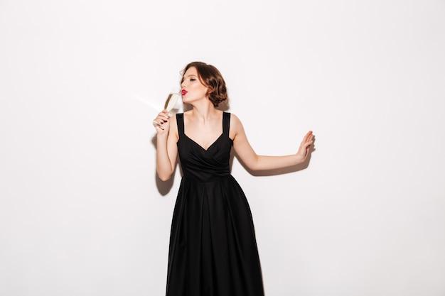Portret van een mooi meisje, gekleed in zwarte jurk Gratis Foto
