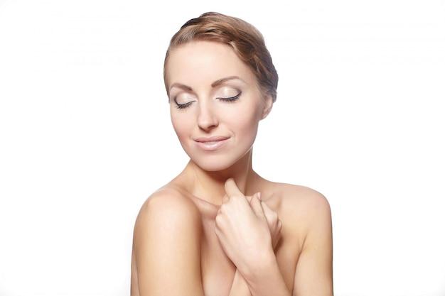 Portret van een mooi vrouwelijk model dat op witte stijl van het achtergrond heldere make-up krullende haar wordt geïsoleerd Gratis Foto