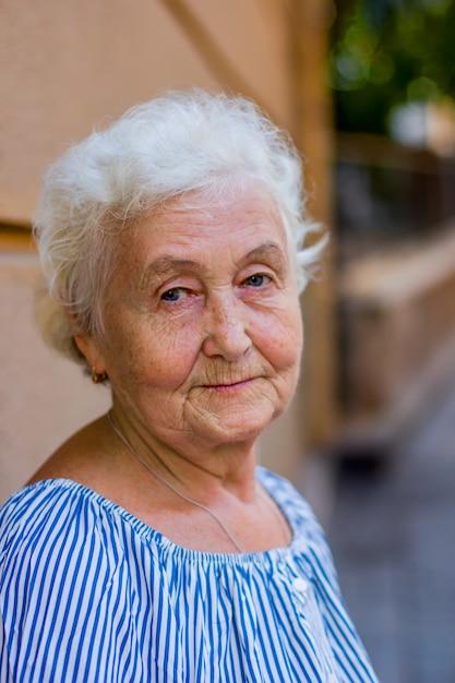 Portret van een mooie blonde oudere vrouw Premium Foto