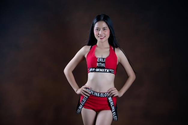 Portret van een mooie danser in rode jurk dansen Gratis Foto