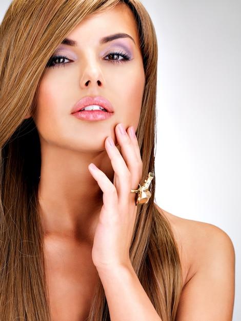 Portret van een mooie indiase vrouw met lang recht bruin haar. Gratis Foto