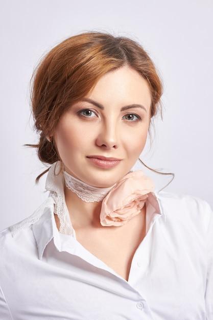 Portret van een mooie volwassen vrouw, de natuurlijke schoonheid van een vrouw, jonge schone huid, geen rimpels op het gezicht. Premium Foto
