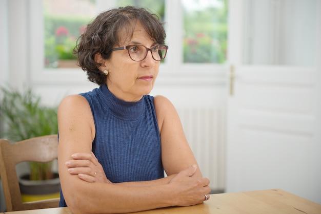 Portret van een mooie volwassen vrouw met een bril Premium Foto