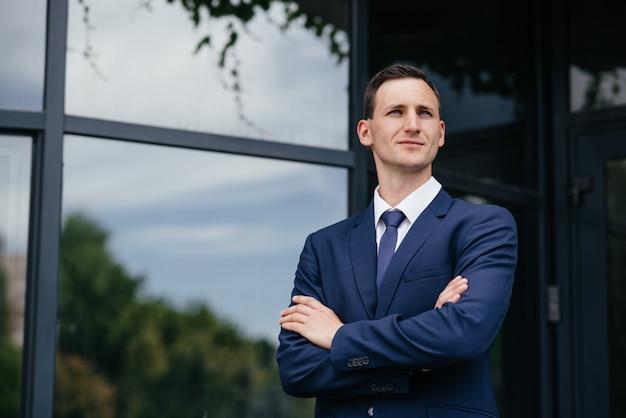 Portret van een mooie zakenman in een blauwe pak. Premium Foto