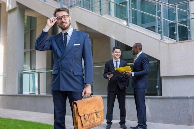 Portret van een multi-etnisch commercieel team Gratis Foto