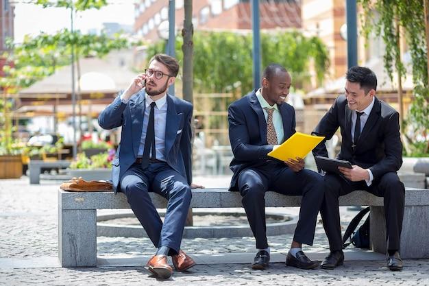 Portret van een multi-etnische business team Gratis Foto
