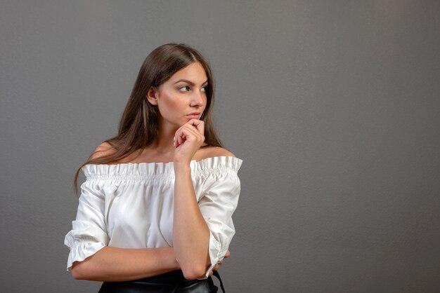 Portret van een nadenkende vrouw die weg copyspace bekijken Premium Foto