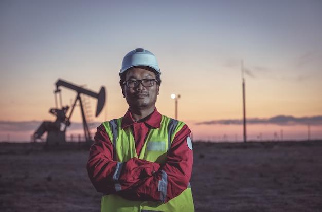Portret van een oliearbeider op een veld Premium Foto