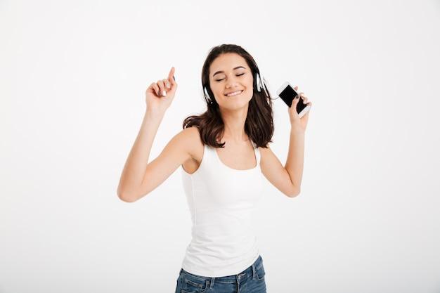Portret van een opgetogen vrouw gekleed in mouwloos onderhemd Gratis Foto