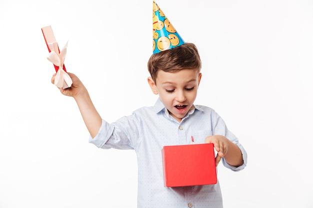 Portret van een opgewonden schattige kleine jongen in een verjaardag hoed Gratis Foto