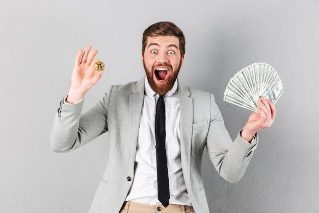 Portret van een opgewonden zakenman die bitcoin toont Gratis Foto