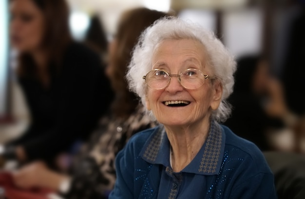 Portret van een oudere vrouw die lacht Premium Foto