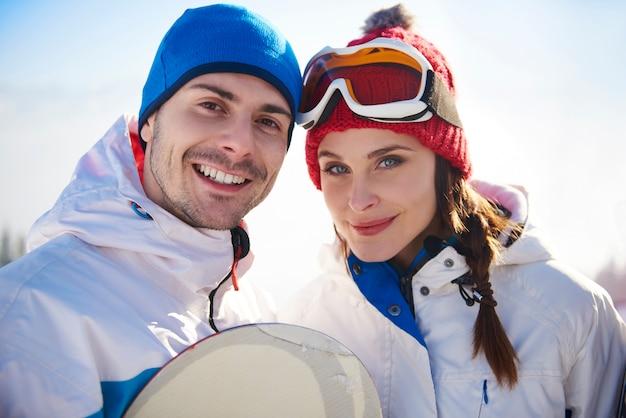 Portret van een paar op de skivakantie Gratis Foto