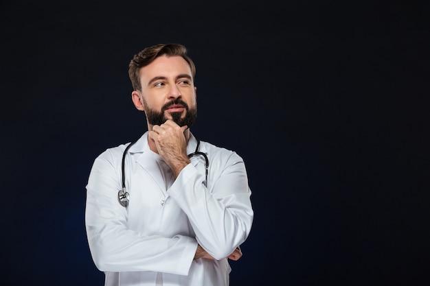 Portret van een peinzende mannelijke arts Gratis Foto
