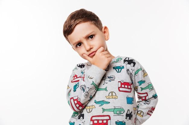 Portret van een peinzende schattige kleine jongen Gratis Foto