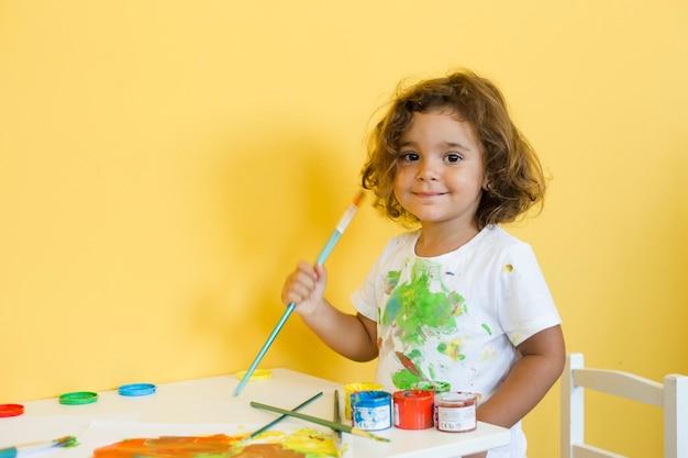 Portret van een schattig meisje met penseel Gratis Foto
