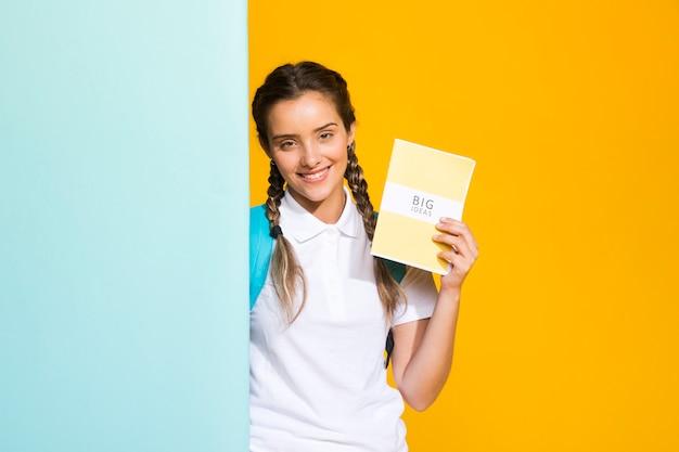 Portret van een schoolmeisje met copyspace Gratis Foto