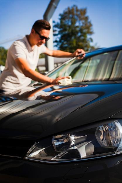 Portret van een schoonmakende auto van de mensenbestuurder Gratis Foto