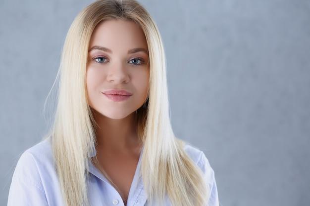 Portret van een sexy vrouw in een man shirt dragen Premium Foto