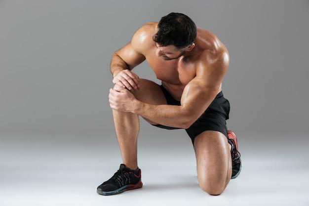 Portret van een sterke gespierde mannelijke bodybuilder Gratis Foto