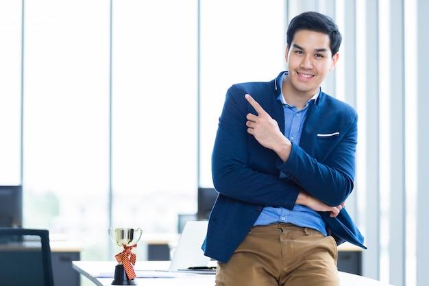 Portret van een succesvolle jonge aziatische zakenman Premium Foto