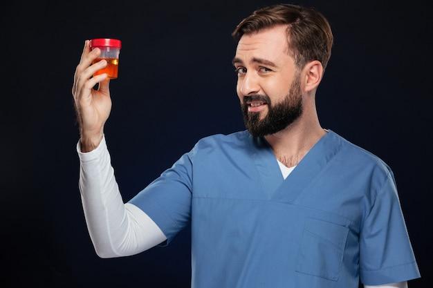 Portret van een verbaasde mannelijke arts gekleed in uniform Gratis Foto