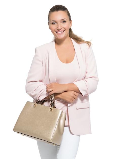 Portret van een volwassen glimlachende vrouw met handtas die zich voordeed over wit Gratis Foto
