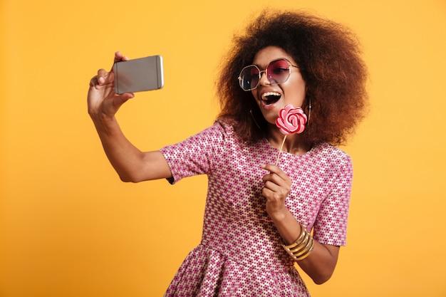 Portret van een vrij lachende afro amerikaanse vrouw Gratis Foto