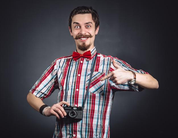 Portret van een vrolijke fotograaf in studio Gratis Foto