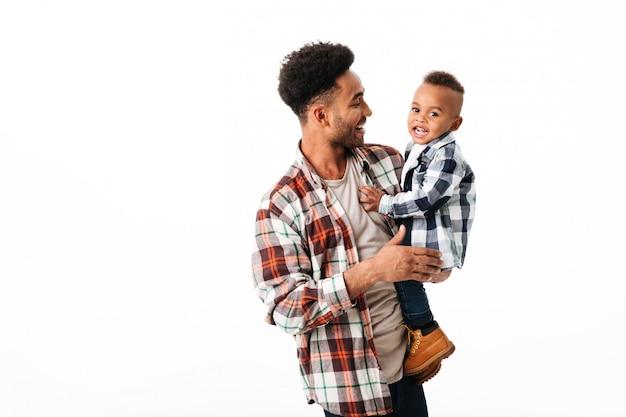 Portret van een vrolijke jonge afrikaanse man Gratis Foto