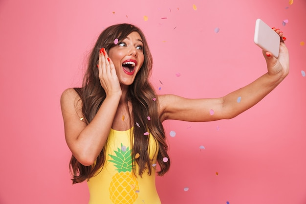 Portret van een vrolijke jonge vrouw Premium Foto