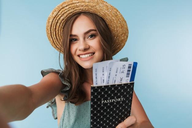 Portret van een vrolijke vrouw in jurk en zomerhoed Premium Foto