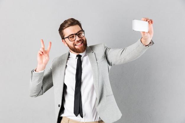 Portret van een vrolijke zakenman gekleed in pak Gratis Foto