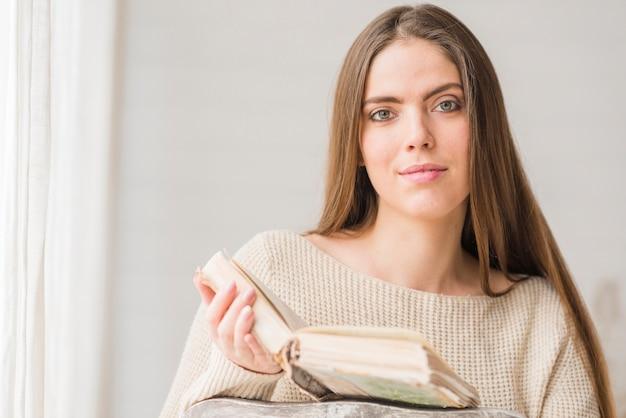 Portret van een vrouw die het boek leest Gratis Foto