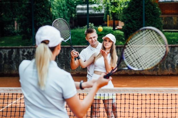Portret van een vrouw die in tennis met trainer speelt. Premium Foto