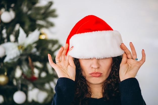 Kerstmuts Met Licht : Portret van een vrouw in kerstmuts op kerstmis foto gratis download