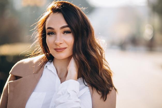 Portret van een vrouw in wit overhemd en jas Gratis Foto