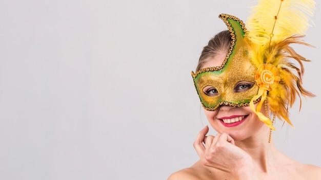 Portret van een vrouw met carnaval masker Gratis Foto